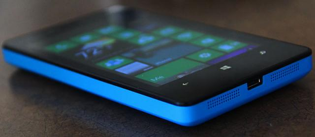cyan_lumia810_tabled.jpg